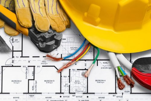Quel texte définit les prescriptions de sécurité électrique à observer par le personnel?
